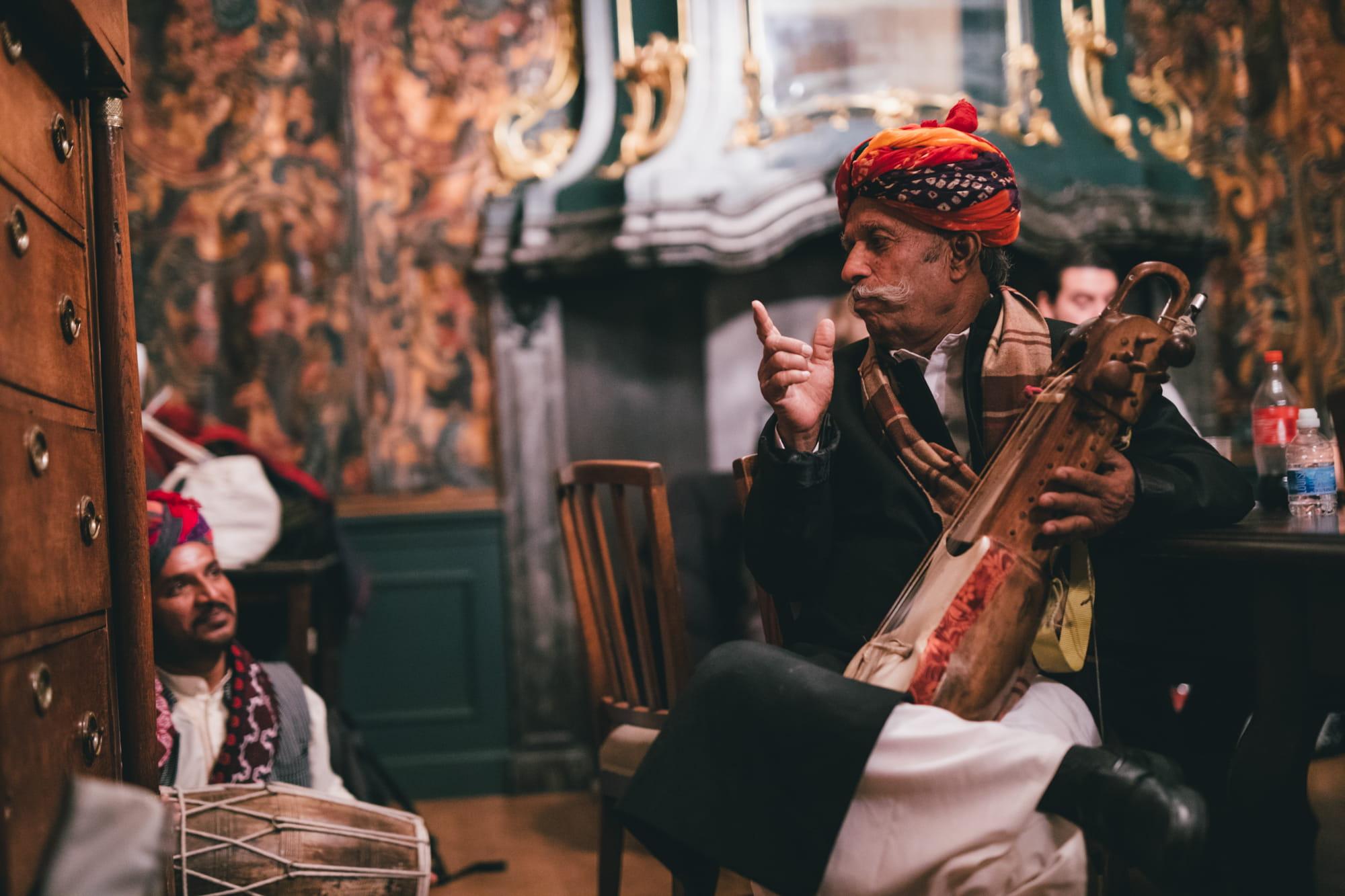 """Лакха Кхан, індыйскі аўтэнтычны музыка і казачнік, за кулісамі на фестывалі """"Le Guess Who?"""" (фота Мелані Марсман)."""