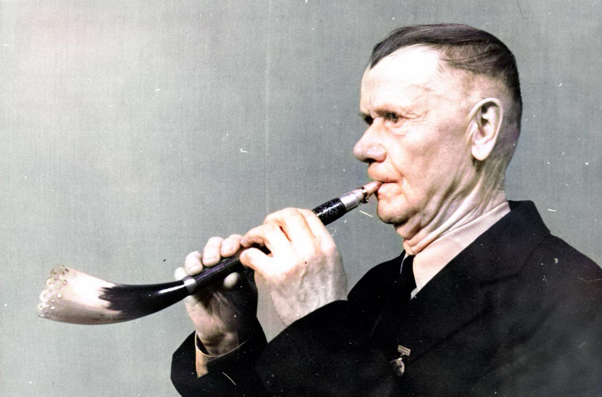 І.І. Лычкоўскі грае на язычковым ражку, які зрабіў сам (Менская вобл., г. Чэрвень).